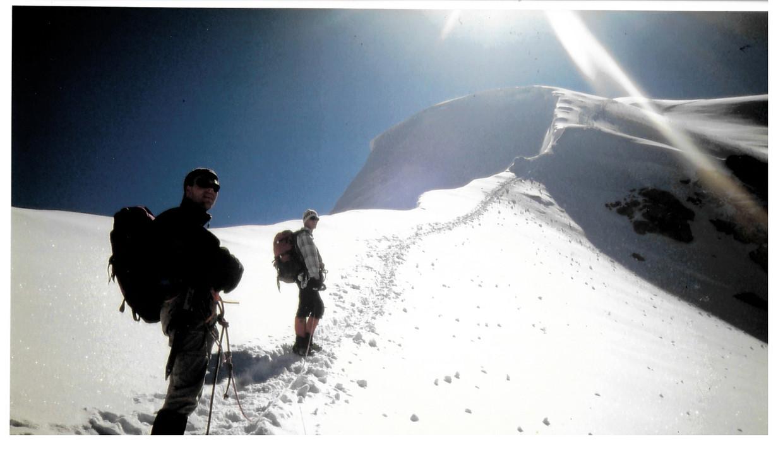 Toine Heijmans (links) rond 1990 samen met zijn klimmaat Sander op de Nadelgrat, een klimroute die voert over vier hoge Alpentoppen. Beeld Privécollectie
