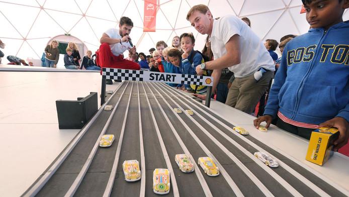 Racen met speelgoedautootjes die rijden op zout water.