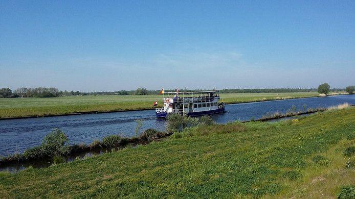 Hier vaart de fietsboot langs de Grebbeliniedijk richting Soest.