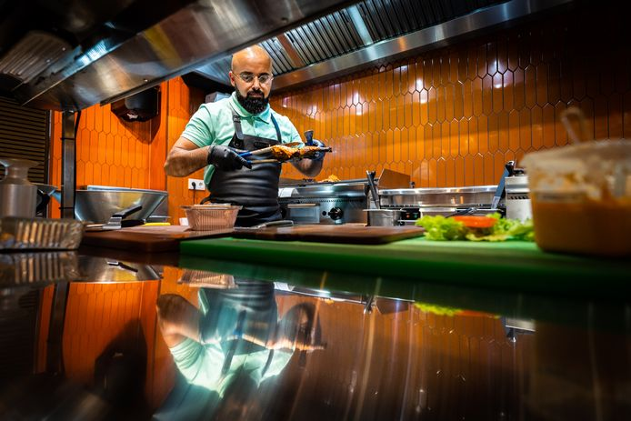 Warhin Tahir staat in de keuken van Frango's Piri Piri in Arnhem.