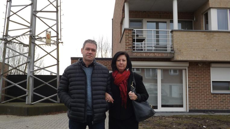 Dirk en Arlette bij hun appartement. Ze wonen pal naast een mast van de hoogspanningslijn die de komende maanden gedemonteerd zal worden.