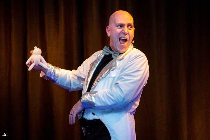 Ras entertainer Jeroen Knoben tijdens zijn ballonkunst tijdens de Zwamavond in Gerwen.