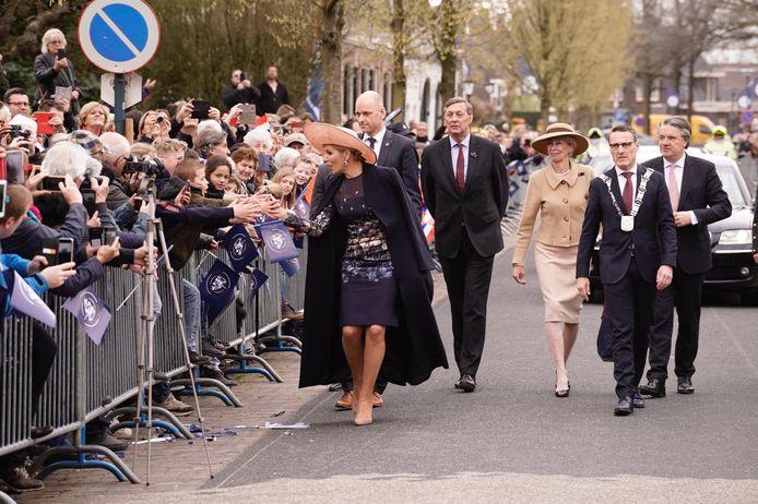 Veel publiek bij de aankomst van koningin Máxima in Lieshout.