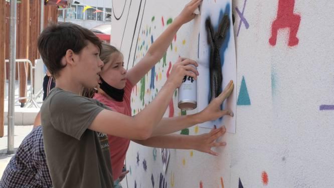 Leerlingen Klavertje Vier maken kunstwerk van schoolmuur