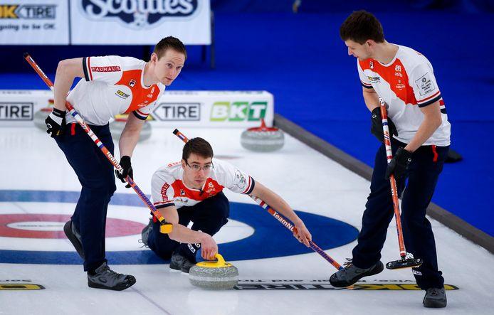 Skip Jaap van Dorp (midden) in actie bij het WK in Calgary. Links Laurens Hoekman, rechts Carlo Glasbergen,