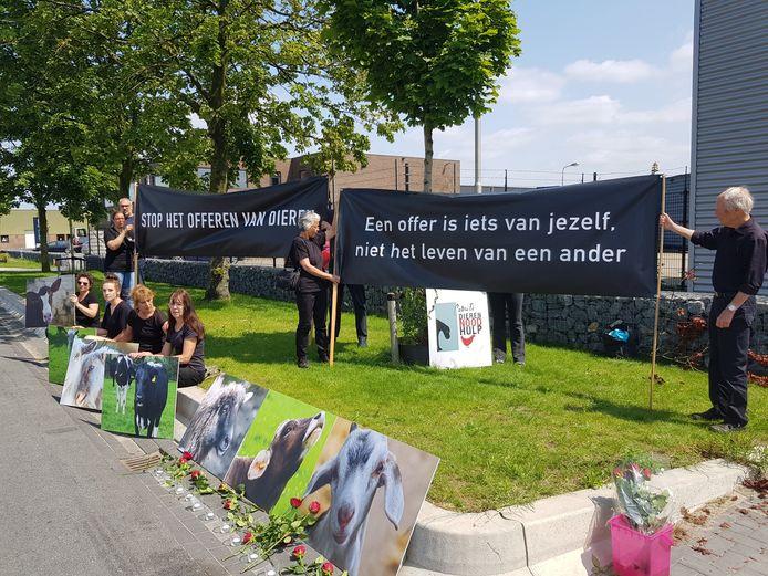 Comité Dierennoodhulp demonstreert tegen het offeren van dieren. ,,Maar wij zijn tegen ieder vorm van slachten'', zegt Sandra van de werd, oprichtster van deze organisatie.