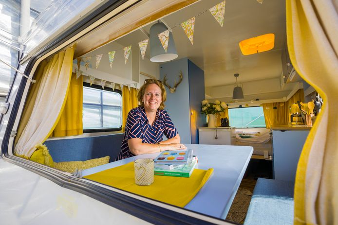 Esther Zumpolle in een van haar opgeknapte caravans.