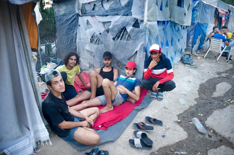 Vluchtelingen uit Syrië  en Afghanistan leven in tenten en krotjes  in het vluchtelingenkamp op het eiland Samos.