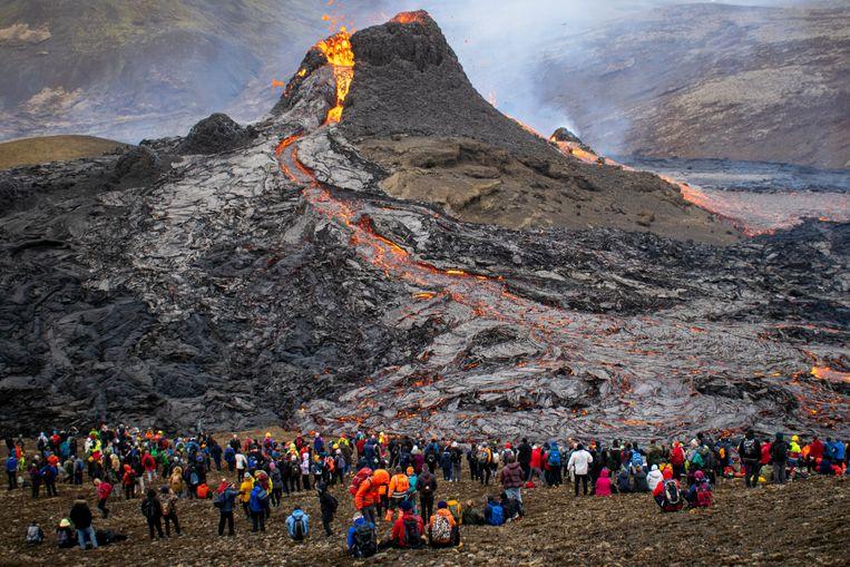 Op vrijdag 19 maart barstte de vulkaan Fagradalsfjall uit. Het spektakel kan nog maanden doorgaan. Beeld AFP