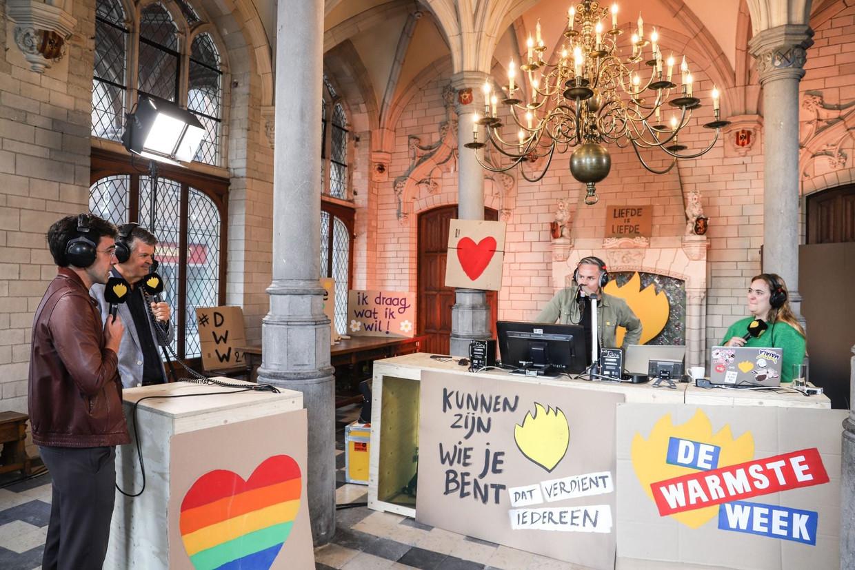 StuBru-dj Fien Germijns (r.) en MNM-dj Peter Van de Veire (m.) ontvingen onder meer Bart Somers en Kristof Calvo tijdens hun 'De Warmste Ochtendshow'  in het Mechelse stadhuis. Beeld Bart Somers