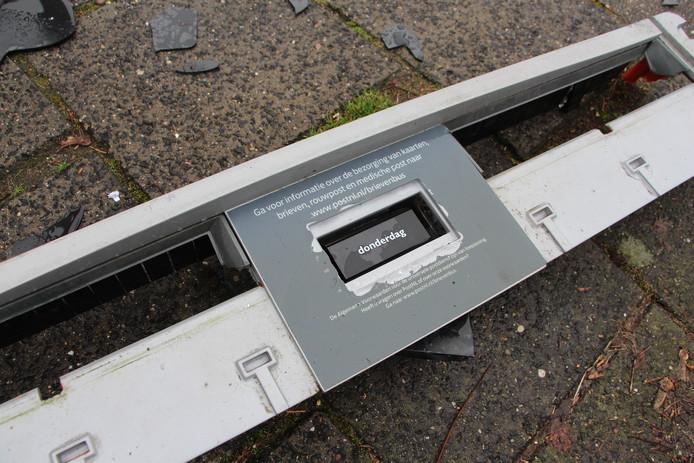 Deel van de brievenbus met de twee inworp-openingen.