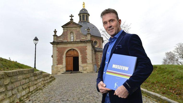 Johan Museeuw stelde zijn boek voor aan de Kapel op de Muur van Geraardsbergen. Beeld PHOTO_NEWS