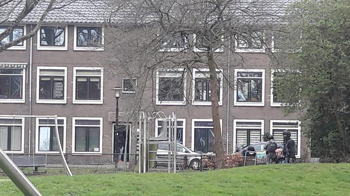 De woning aan de Laan van Engelswier in Utrecht waar de politie vanmiddag een inval deed na vondst rode Renault Clio om de hoek.