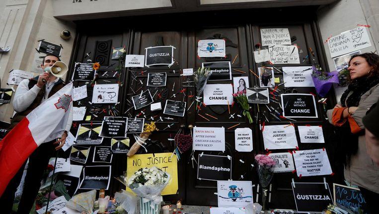 Bij de Maltese ambassade in Londen wordt het lot van de vermoorde journalist Caruana Galizia betreurd Beeld Reuters