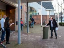 Digitaal vergaderen, maar stemmen met een papiertje en een stembus voor het gemeentehuis van Goirle
