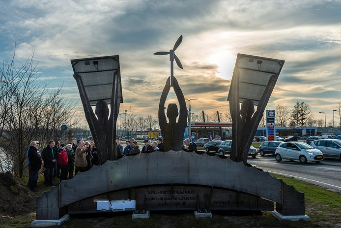 2016: de onthulling van een kunstwerk voor stichting DuurSaam Etten-Leur staat symbool voor de noodzaak om naar een  duurzame samenleving toe te groeien.