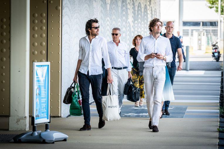 Advocaten Juriaan de Vries, Nico Meijering, Sebastiaan van Klaveren en Christian Flokstra arriveren bij de rechtbank voor een voorbereidende zitting in het Marengoproces. Beeld Koen Laureij