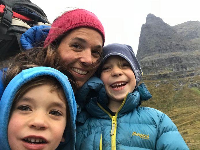 """Of ze daar zelf blij om zijn, blijft de vraag. Maar de twee zonen Tristan (10) en Nanook (8) kunnen in Noorwegen elke dag lijfelijk naar school. """"Zelfs de leerkrachten dragen geen mondmasker voor de klas."""""""