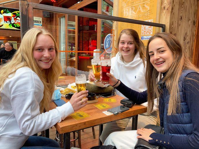 8.01 uur? Tijd voor een biertje, denken Claire De Pourcq, Manon Debacker en Axelle Thenaers.