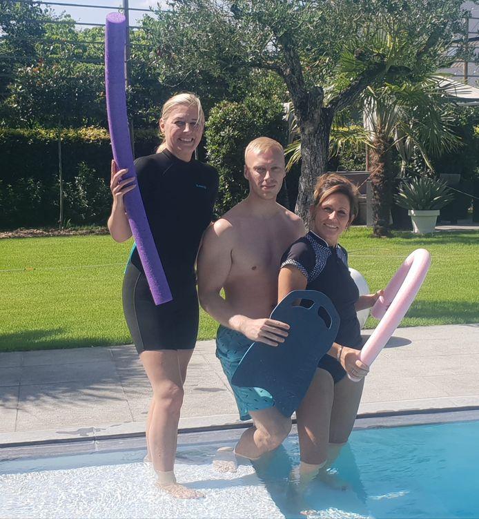 Cindy Van Paesschen (links) heeft samen met haar zoon Kevin zomerzwemschool CK Swimming opgestart. Elke Langens komt er aquagym geven.