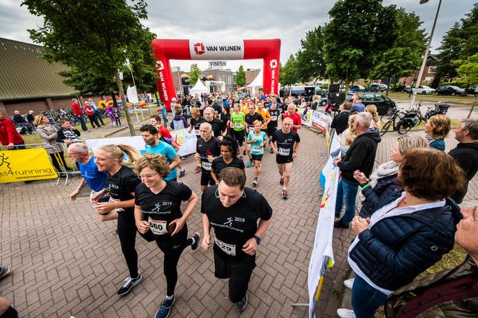 Het startmoment van de 6 en 12 km van de Eiberrun, met deelnemers aan de jaarlijkse hardloopclinics prominent aanwezig in zwarte shirts.