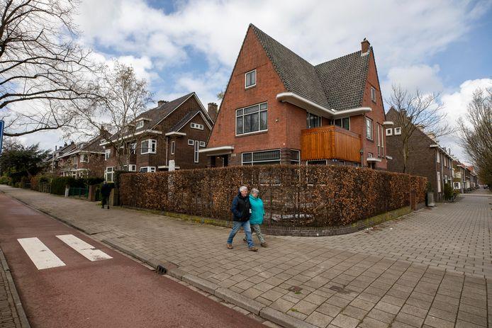 De huizen aan de Burgemeester Knappertlaan in Schiedam-West zijn erg in trek, zeker bij Rotterdammers die in hun stad geen betaalbare woning kunnen vinden.