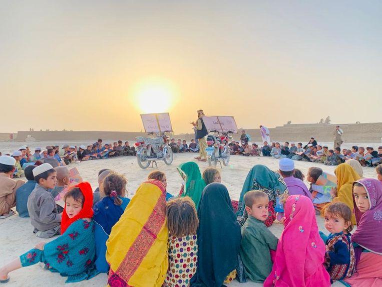 Beeld van de onderwijscampagne van Matiullah Wesa.  Beeld