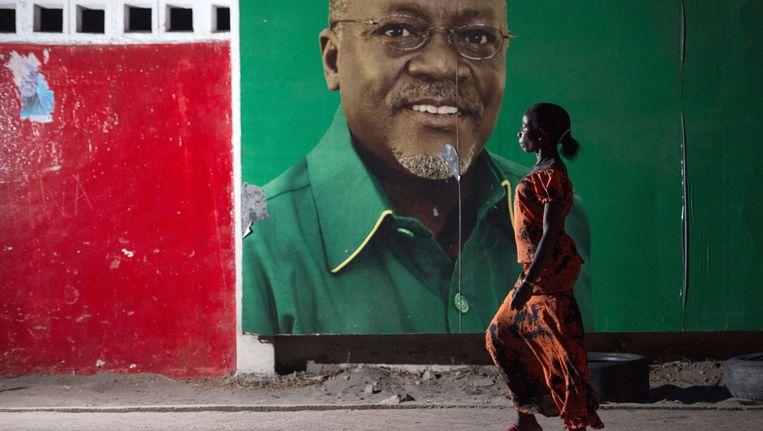 Een affiche van de kiesstrijd die Magufuli naar het hoogste ambt van Tanzania bracht. Beeld AFP