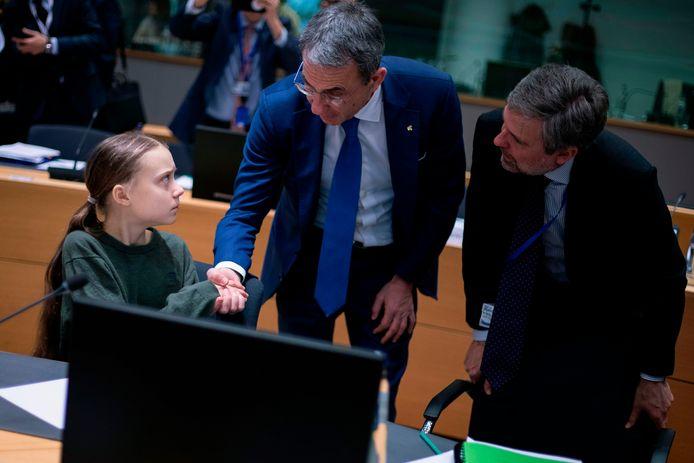 Greta Thunberg schudt in het Europees parlement de hand van de Italiaanse milieuminister Sergio Costa.