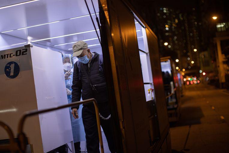 Een man verlaat een mobiel teststation. Beeld EPA