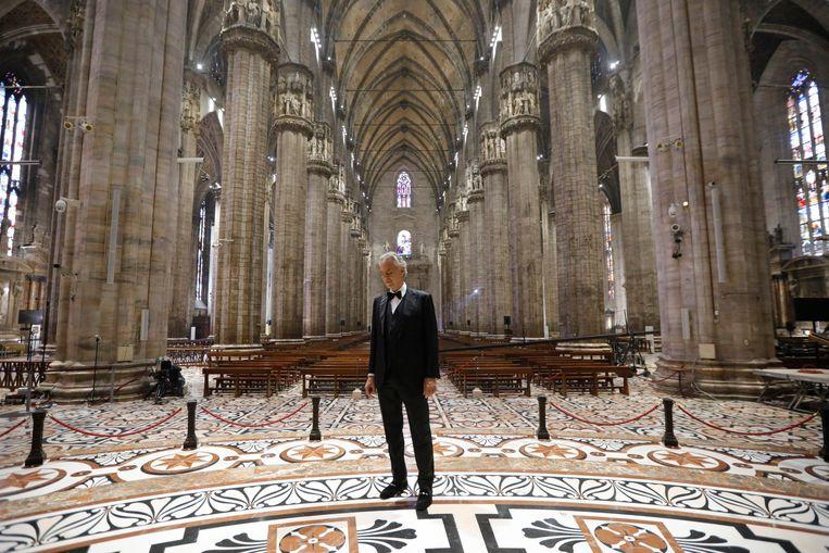 Andrea Bocelli, die eerder dit jaar optrad in een vanwege het coronavirus lege Dom van Milaan, brak in 1994 door op het festival van San Remo.  Beeld EPA