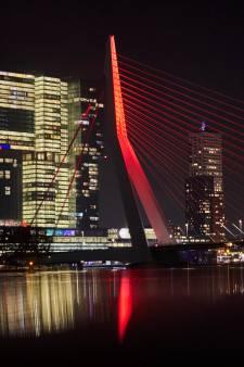 'Gloeiend mysterie' in Rotterdam opgelost: vanavond Erasmusbrug en de Euromast in het rood