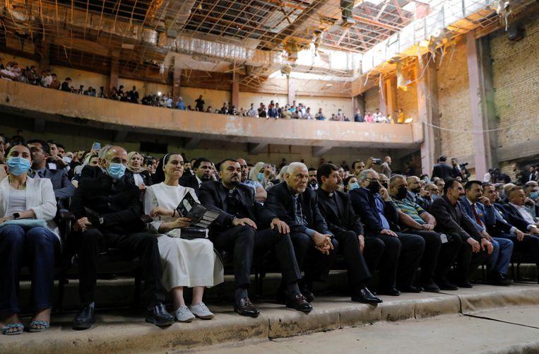 Het Al-Rabeatheater in de Iraakse stad Mosul werd verwoest tijdens de oorlog tegen Islamitische Staat. Dat weerhield het publiek er donderdag niet van om daar een concert van het populaire orkest Watar bij te wonen. Beeld Reuters