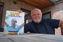 Patrick Cornillie met z'n nieuwste pennenvrucht, een overzichtsboek met 100 verhalen naar aanleiding van 100 jaar WK.