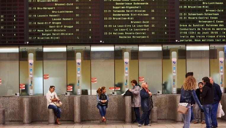 Loketten van de NMBS in Brussel-Centraal. Beeld PHOTO_NEWS