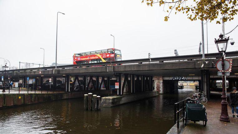De betonnen Brug 95, tussen de Haarlemmer Houttuinen en de Nieuwe Westerdokstraat is velen een doorn in het oog en zou daarom moeten verdwijnen Beeld Carly Wollaert