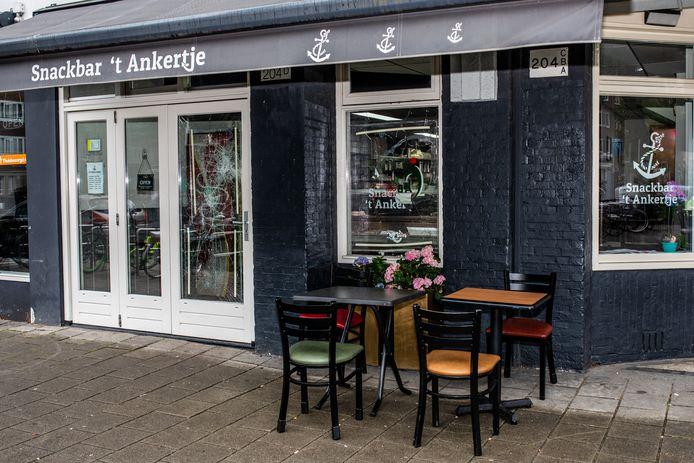 Op de Van Woustraat zijn wéér ramen ingegooid van horeca, nu van snackbar 't Ankertje.