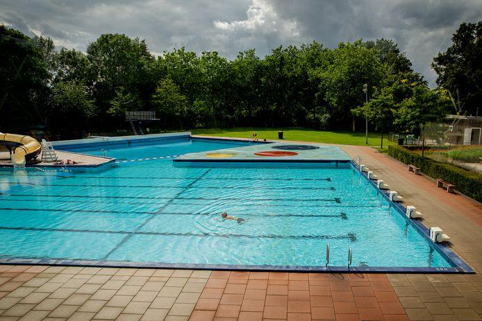 Door het slechte weer deze zomer is het niet druk bij Openluchtzwembad De Hangmat in Rheden.