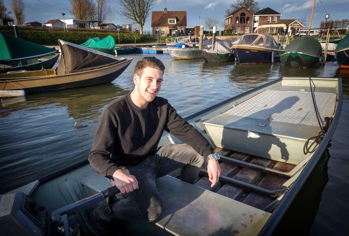 Siep Fens in zijn bootje in de haven van Drimmelen.