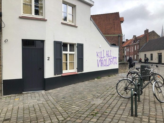 De gevel van een pand in Westmeers werd beklad.