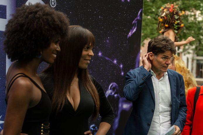 Burgemeester Paul Depla. Op de voorgrond (tweede van links) zangeres Carolina Dijkhuizen bij de première van de musical Zodiac in de voormalige loepelgevangenis