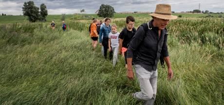 Kasper leert kinderen de kunst van het struinen door de uiterwaarden: 'Hier leer je veel over de natuur'