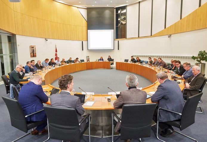 De gemeenteraad van Bernheze bijeen in maart 2019, ver voor 'corona'. Op de voorgrond links van het midden Peter van Boekel die nu terug treedt als wethouder.