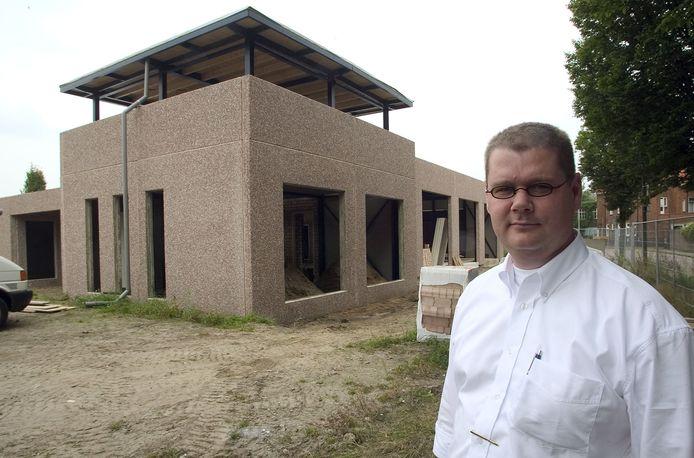 Archieffoto uit 2005 van René van Hoof bij nieuwbouw rouwcentrum 't Hoogh Huys.
