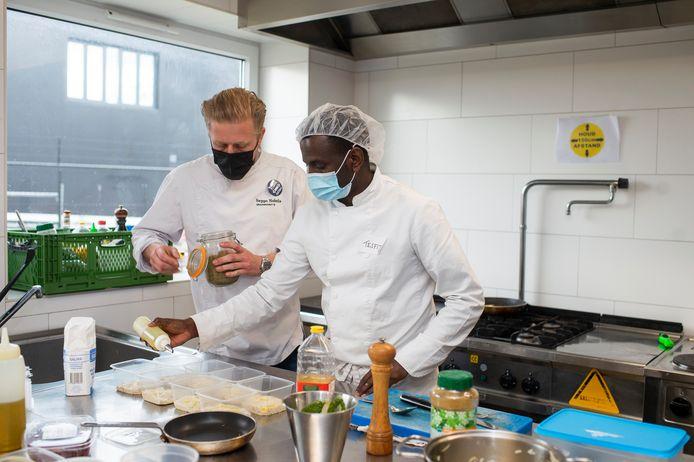 Nobels kookt met zijn chef in opleiding Tesfit.