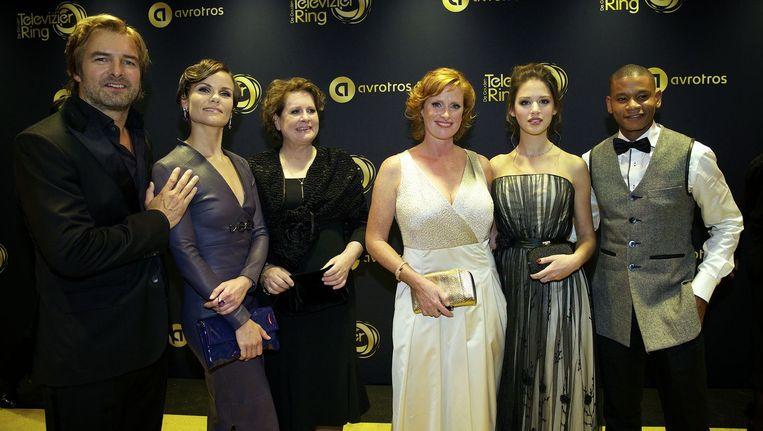 Cast van de televisieserie Flikken Maastricht op de rode loper voor aanvang van het Gouden Televizier-Ring Gala 2014 in theater Carre. Beeld anp