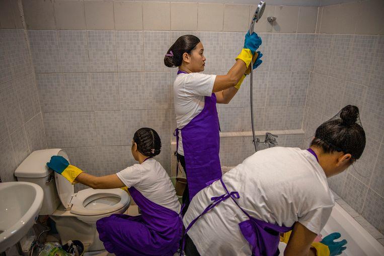 Filipijnse vrouwen leren koken, schoonmaken, wassen en strijken tijdens de basiscursus huishoudelijk werk. Beeld Ezra Acayan