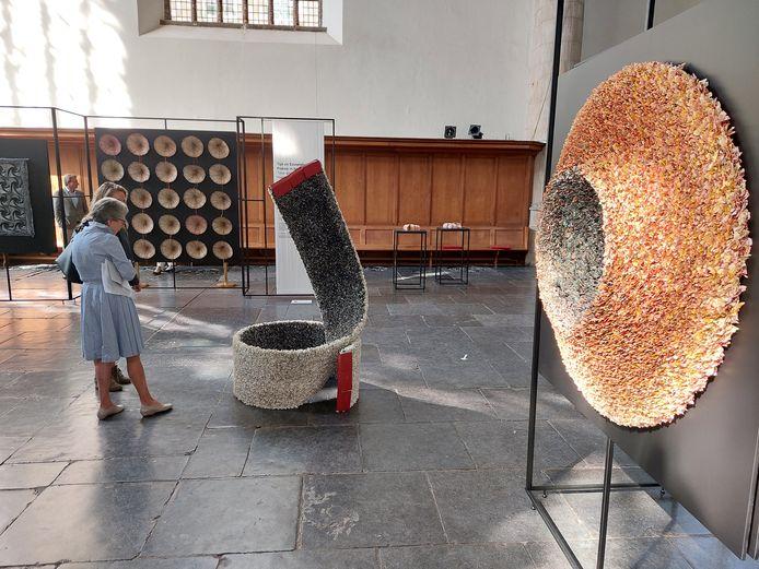 Driedimensionale papierkunstobjecten van Annita Smit in de Kloosterkerk. De tentoonstelling in samenwerking met Escher in Het Paleis is het eerste gezamenlijke initiatief van het Haags Museumkwartier