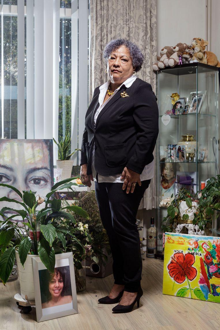 Margarita Gressmann met een foto van haar overleden dochter Maryori op de voorgrond. Beeld Eddo Hartmann