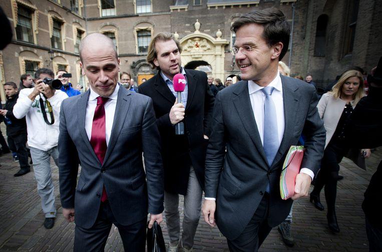 Rutger Castricum ondervraagt VVD-leider Mark Rutte en PvdA-leider Diederik Samsom bij aankomst op het Binnenhof. Beeld ANP